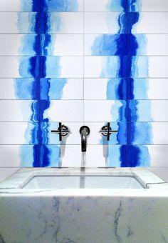 Couleurs : le bleu indigo dans la déco - Côté Maison Interior Architecture, Interior And Exterior, Interior Inspiration, Design Inspiration, Creative Inspiration, Deco Stickers, Paint Shades, Japanese Textiles, New Wall
