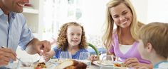 Kinder sollen gesund essen, doch ist die Ernährungserziehung ist für Eltern nicht leicht. Diese 5 Regeln können Kinder sogar dick machen...
