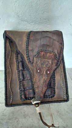 Bolsa echa a mano por raymundo Jacome con piel de res y cocodrilo