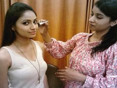 Essentially airbrush makeup is a fine fog of minor particles of fluid cosmetics that sits on the skin instead of being rubbed into the skin. High Definition Makeup, Best Bridal Makeup, Wedding Makeup Artist, Airbrush Makeup, Circle Of Life, Makeup Artists, Mumbai, Makeup Brushes, Goal