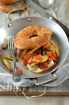 Vegetables and Goat Cheese Bagel. Roasted vegetables and goat cheese bagel Goat Cheese Recipes, Milk Recipes, Brunch Recipes, Vegetarian Recipes, Dinner Recipes, Cooking Recipes, Healthy Recipes, Sandwich Wrap, Cheese Bagels