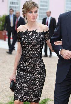 Detalle del vestido con adornos florales en el escote.