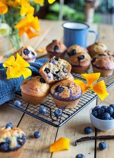 Muffins aux myrtilles et à la vanille (sans beurre, sans huile) Muffins Sains, Healthy Muffins, Biscuits, Healthy Recipes, Healthy Food, Cupcakes, Cookies, Breakfast, Vanilla
