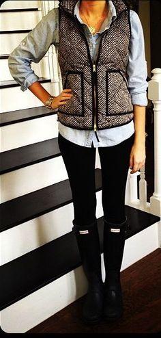 j.crew vest, blue Oxford , Leggins hunter rainboots / J.crew Veste , hellblaue Hemdbluse , Hunter Regenstiefel Estilo Fashion, Fashion Mode, Moda Fashion, Womens Fashion, Fashion Styles, Preppy Mode, Preppy Style, Preppy Fall, Looks Style