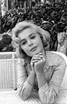 Actress Sandra Dee, with the chin leaned on her intertwined hands, poses for the photographer during her holiday in Italy, 1960. // Photo by Mondadori Portfolio via Getty Images