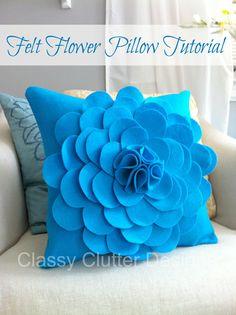 How to make a Felt Flower Pillow tutorial by Classy Clutter Diy Throws, Diy Throw Pillows, Sewing Pillows, Decorative Pillows, Felt Flower Pillow, Felt Pillow, Felt Cushion, Felt Flowers, Fabric Flowers