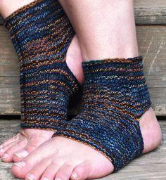 Six Degrees Arts: Easy Peasy Yoga - Pilates Socks Pilates Socks, Barre Socks, Yoga Socks, Free Knitting, Knitting Socks, Knitting Patterns, Knitting Ideas, Crochet Patterns, Crochet Socks