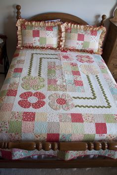 Strawberry Fields Cottage Quilt on the Quilting Board Patchwork Quilting, Quilting Board, Scrappy Quilts, Easy Quilts, Applique Quilts, Quilting Projects, Quilting Designs, Quilting Ideas, Flower Quilts