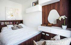 V spálni vystriedal sivú tmavší dekor orechového dreva, ktorý tu navodil pocit útulnosti. Pre užšiu miestnosť nahradilo nočné stolíky čelo postele s nikou.