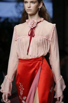 """hauteccouture: """" Gucci Spring 2016 Ready-to-Wear """" La patagonica per lo shummulo del giorno La patagonica per lo shummulonwear a Taras il 24 ottobre 2016"""