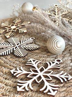 Decorate the Christmas tree with these beautiful wooden baubles! #feestdagen #kerst #cadeau #kerstcadeau #kerstmis #feest #gift #christmas Versier de kerstboom met deze prachtige kerstballen van hout! Leuk om te geven en nóg leuker om te krijgen! Christmas Deco, Hanger, Beautiful, Christmas Decor, Closet Hangers, The Hunger, Coat Hanger