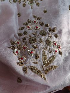 Zardozi Embroidery, Hand Embroidery Dress, Hand Embroidery Videos, Tambour Embroidery, Embroidery On Clothes, Hand Embroidery Stitches, Hand Work Design, Hand Work Blouse Design, Diy Embroidery Patterns