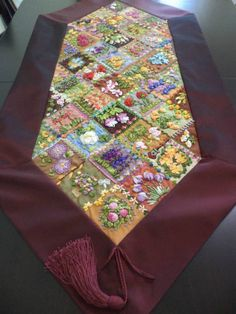 camino de mesa Crazy Quilting, Crazy Quilt Blocks, Crazy Patchwork, Hand Embroidery Stitches, Silk Ribbon Embroidery, Cross Stitch Embroidery, Quilted Table Runners, Sewing Art, Ribbon Work