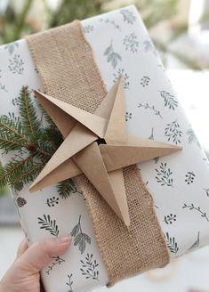 Weihnachten: Origami-Sterne basteln Diy Wine Bottle Crafts diy christmas crafts with wine bottles Origami Dog, Origami Stars, Origami Tutorial, Origami Easy, Origami Paper, Origami Tattoo, Origami Bird, Origami Folding, Oragami
