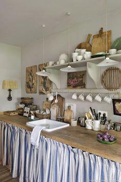 Risultati immagini per cuisine tissu cachant evier Rustic Kitchen Design, Vintage Kitchen, Quirky Kitchen, Compact Kitchen, Boho Kitchen, French Kitchen, Küchen Design, Interior Design, Design Ideas