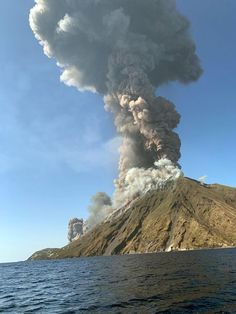 Stromboli volcano: At least one tourist dies after volcano erupts in Italy - World News - Mirror Online
