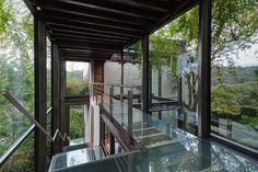 Esta mansión es conocida con el nombre de Casa Bosque y se caracteriza por tener una pasarela de cristal que comunica sus dos seccione.
