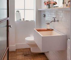 Dos mais diversos estilos e com diferentes revestimentos, estes lavabos apostaram em papel de parede, flores e mais para agradar as visitas