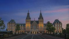 If you're in Amsterdam, you have to visit the national museum of the Netherlands, the Rijksmuseum. This museum, located in the heart of the city, houses a wonderful collection of historical objects and Dutch art.