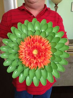 10 clever crafts using plastic spoons - Dahlia wreath Plastic Spoon Crafts, Plastic Silverware, Silverware Art, Plastic Spoons, Plastic Bags, Plastic Bottles, Flower Crafts, Diy Flowers, Paper Flowers