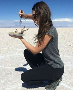 30 Creative And Playful Open Space Photography Ideas - Featuring Salar de Uyuni, Bolivia - Feminine Buzz Illusion Photography, Space Photography, Creative Photography, Photography Poses, Amazing Photography, Funny Photography, Shooting Photo Amis, Aesthetic Photography People, Forced Perspective Photography