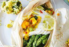 Spargel und Zander mit Mangosalat und Maismuffins Mango Salat, Chili Sauce, Fresh Rolls, Ethnic Recipes, Food, Food Portions, Easy Meals, Essen, Meals