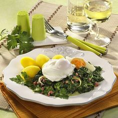 Verlorene Eier auf Spinat Rezept | LECKER Cheese, Table Decorations, Food, Peeling Potatoes, Egg Benedict, Spinach Recipes, Popular Recipes, Food Portions