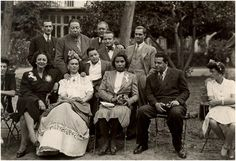 Love this picture from Vintage Black Glamour . Marian Anderson and Frida Kahlo with Diego Rivera, Miguel Covarrubias, Rosa Covarrubias, Ernesto de Quesada and others in Mexico, Frida E Diego, Frida Kahlo Diego Rivera, Famous Artists, Great Artists, Black History, Art History, Fridah Kahlo, Marian Anderson, Vintage Black Glamour