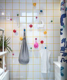 Maximisez vos rangements de salle de bain! Fixez au mur des patères faciles à retirer, comme LOSJÖN, avec adhésif au dos, et accrochez-y différents récipients.