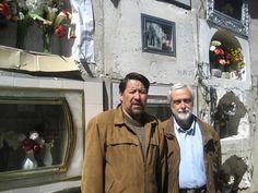 Con Ricardo García Camacho en el Cementerio General de La Paz, delante del nicho de Víctor-Hugo Viscarra, 2010.