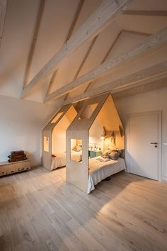 Kids room Houses over twin beds, love this idea. The lighting is really wonderful in this gigantic room.