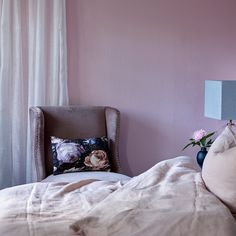 Marmor FR1171. En lys glamorøs rosa farge. #Hotellfølelsen#Rosa#Soverom#sengegavel#Nostalgisk#Fargerike#bedroom#purple Accent Chairs, Ikea, Furniture, Pink, Inspiration, Home Decor, Lily, Upholstered Chairs, Biblical Inspiration