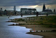 Rhein Ufer Köln mit Kölner Dom und Hohenzollern Brücke