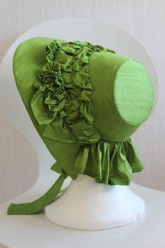 Continuing on the green silk bonnet: To get my bonnet to look like my inspiration it needed a bit more work (part 1 – making the bonnet) To make it go from this to this… For the t… Victorian Hats, Victorian Fashion, Vintage Fashion, Fashion Goth, 1930s Fashion, Historical Costume, Historical Clothing, Silk Bonnet, Civil War Fashion