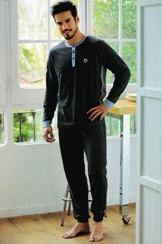 Nueva Colección de pijamas hombre Massana Homewear. Prenda de algodón con puños, en color gris antracita. La mejor calidad de pijamas en varela Íntimo http://www.varelaintimo.com/marca/17/massana