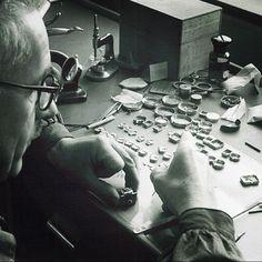 At the work bench at the Girard-Perregaux manufacture in the 1940s. #tradition #crafstmanship #watches #watchgeek #watchnerd #watchporn #watchhistory #swissmade #horloger #watchmaker #reloj #relogio #orologi #uhren #horlogerie #horology