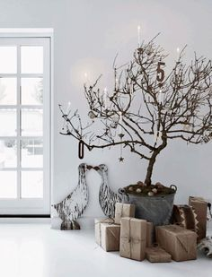 The most beautiful white Christmas interiors Danish Christmas, Scandi Christmas, Christmas Interiors, Noel Christmas, Christmas Fashion, Modern Christmas, Minimalist Christmas Tree, Minimal Christmas, Natural Christmas