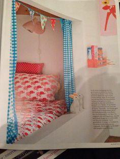 Idee om bedstee te maken in grote naast gelegen kamer. Broer of zus slaapt boven op de bedstee.