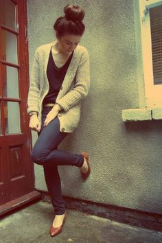 tan long cardigan/ black v-neck t-shirt/ ballerina bun/ skinny jeans/ brown flats/ lazy day outfit