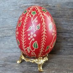 Pääsiäismuna, tehty vanhalla vahatekniikalla kananmunan päälle.