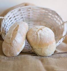 Brood bakken van langerezen deeg nachtbrood Cooking Bread, Bread Baking, Thermomix Bread, Bread Cake, Bread Pizza, Piece Of Bread, Breakfast Snacks, Bread Rolls, High Tea