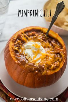 Pumpkin Chili - There& nothing better on a cold Fall day. The addition of pumpkin to this chili makes it extra hearty and nutritious! Pumpkin Beer, Pumpkin Chili, Pumpkin Spice, Pumpkin Soup, Cheese Pumpkin, Vegan Pumpkin, Chili Recipes, Soup Recipes, Cooking Recipes