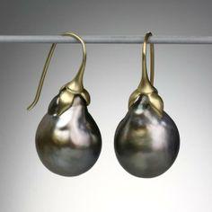 Boucles oreilles en or et perles de Tahiti -par Gabriella Kiss Simplicité et ingénieuse conception du design ...