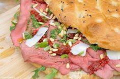 Turks brood is ideaal om te gebruiken als basis voor lekkere zomerse broodjes. Dit brood met rosbief en pesto maakte ik vorige week