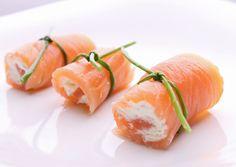 Sexta entrada de la serie de rectas de cenas proteicas rápidas y fáciles: rollito de salmón ahumado con gulas. Una receta rápida, sencilla y qu...