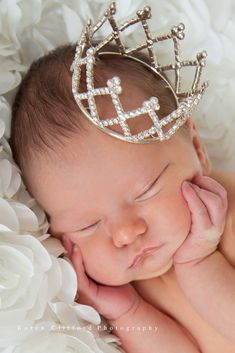 This picture needs to happen when the baby gets here! Newborn wearing a tiara. Baby girl, princess, little princess Foto Newborn, Newborn Shoot, Newborn Baby Photography, Children Photography, Sweets Photography, Photography Props, Fantasy Photography, Prince Photography, Newborn Pictures