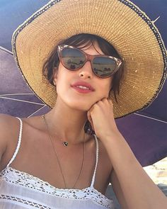 Sunglasses, straw hat and a red lip // cute and cool