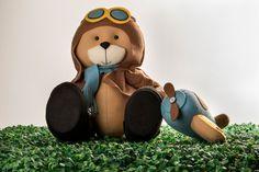 Urso aviador em feltro com seu avião. Perfeito para uma festa temática ou um fã da aviação