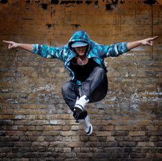 Taniec hip hop jest stylem pełnym ekspresji i dynamiki.  Wykorzystuje technikę izolacji poszczególnych parti ciała. Rozwija cechy motoryczne takie jak: zwinność, wytrzymałość, gibkość, szybkość i skoczność. Jest tańcem dynamicznym, który operuje różnymi formami ruchu: waving (fale), popping (napinanie mięśni), locking.