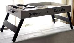 Bandeja de café da manhã com pé Personalizada com nomes e fotos! Bed Tray, Bed Table, Metal Furniture, Bed And Breakfast, Office Desk, Ikea, Woodworking, Laser, Interior Design